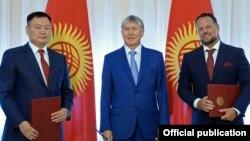 Қырғызстан президенті Алмазбек Атамбаев (ортада ) Чехияның Liglass Trading компаниясы арасындағы Жоғарғы Нарын ГЭС-ін салу туралы келісімге қол қою салтанаты. Бішкек, 10 шілде 2017 жыл.