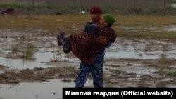 Өзбекстанда суу каптаган аймактардан тургундарды чыгарып жатышат.