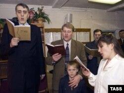 Представители религиозной организации «Свидетели Иеговы». Россия. Иллюстративное фото.