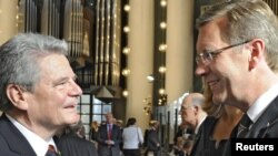 Candidații prezidențiali Joachim Gauck și Christian Wulff la un serviciu religios desfășurat înaintea alegerii