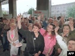 Польские избиратели приветствуют итоги парламентских выборов 1989 года