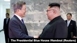 Оңтүстік Корея президенті Мун Чжэ Ин (сол жақта) мен Солтүстік Корея басшысы Ким Чен Ын.