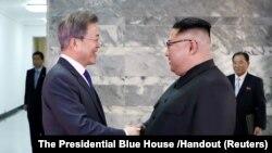 South Korean President Moon Jae-in shakes hands with North Korean leader Kim Jong Un during their summit at the truce village of Panmunjom, North Հարավային և Հյուսիսային Կորեայի նախագահներ Մուն Ջե Ին և Կիմ Չեն Ունը, Պանմունջոմ, 26 մայիսի, 2018թ..