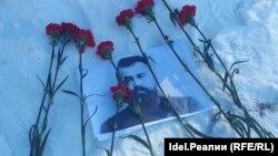Татарские активисты на могиле Хади Атласи в 2018 году