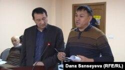 Гражданский активист Айдын Егеубаев (справа) в суде, где рассматривают его апелляцию на приговор. Астана, 14 декабря 2017 года.