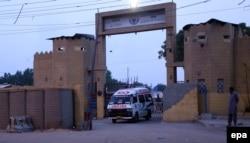 """Машина """"скорой помощи"""" вывозит тело казненного боевика. Центральная тюрьма в Карачи, Пакистан"""