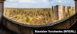 Краєвид з вікна багатоповерхівки у мертвому місті Прип'ять.