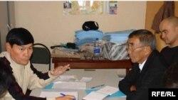 Активисты Атырауского филиала оппозиционной организации «Алга» в своем офисе.