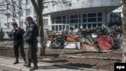Украінскія міліцыянты патрулююць будынак СБУ ў Данецку