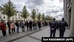 Актёр Павел Устинов ҳимоясига намойишда қатнашишни истовчилар навбатда турибди, 18 сентябрь, 2019 йил, Москва