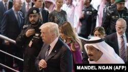 Președintele Donald Trump cu regele Arabiei Saudite Salman bin Abdulaziz al-Saud (R)