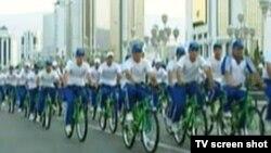 Массовый велопробег. Скриншот видеосюжета государственного туркменского телеканала.