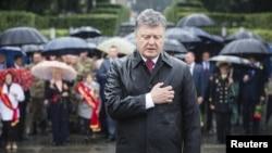 Президент Украины Петр Порошенко у могилы Неизвестного солдата в Киеве 22 июня 2015 года