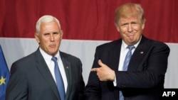 دونالد ترامپ در کنار مایک پنس، فرماندار ایندیانا (سمت چپ)