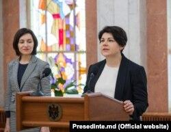 Наталья Катринеску-Гаврилицэ приносит присягу (слева - премьер-министр Майя Санду), 11 июня 2019 года
