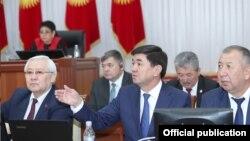 Новый состав правительства во главе с премьер-министром Мухаммедкалыем Абылгазиевым (в центре) в парламенте. 20 апреля 2018 года.