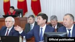 Члены правительства во главе с премьер-министром Мухаммедкалыем Абылгазиевым (в центре). 20 апреля 2018 года.
