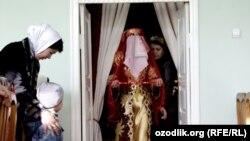 Молодая невестка из Маргилана делает поклон гостям.