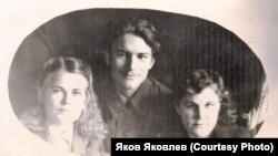 В.В. Липатов (в середине) и М.И. Шабалина (справа) в пору их работы учителями. 1950 гг.