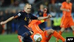 Mesfushor Andres Iniesta, i cili shënoi golin e fitores për Spanjën.