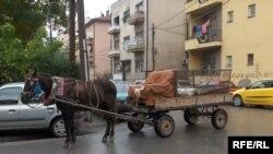 Сиромаштија и луксуз - Запрежна кола низ улиците на Скопје