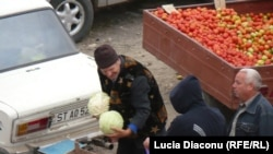 Cumpărînd legume la Strășeni