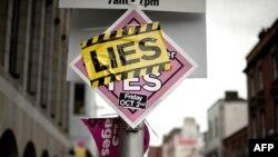 """""""Вайна плакатаў"""" у Дубліне перад рэфэрэндумам. На плакат з заклікам сказаць Лісабонскай дамове """"ТАК"""" налеплены іншы са словам """"АБМАН"""""""