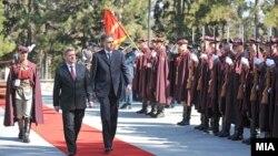 Претседателот Ѓорге Иванов и неговиот црногорски колега Филип Вујановиќ во Скопје.