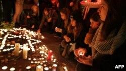 Жители Тель-Авива скорбят на месте убийства, совершенного 2 января