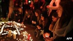 مردم در تلآویو به یاد قربانیان شمع روشن کردهاند