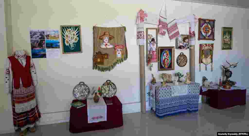 Дом культуры пока не работает, но выставка работ местной белорусской общины, приуроченная ко Дню независимости Беларуси 3 июля, в нем все же открылась