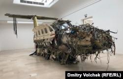 Вывернутый самолет в польском павильоне