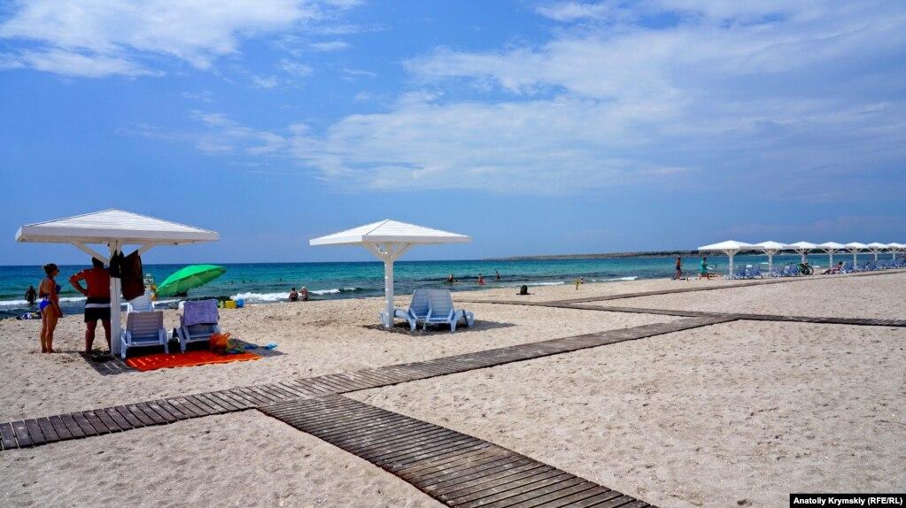 Песчаный пляж в Оленевке тянется почти 4 километра, вдоль всей Караджинской бухты.