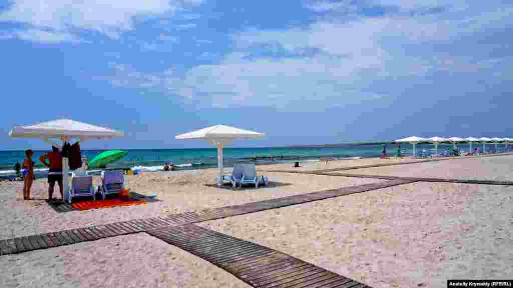 Песчаный пляж в Оленевке тянется почти 4 километра, вдоль всей Караджинской бухты