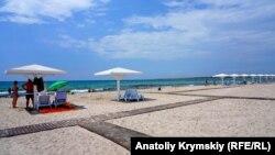 Пляж в селе Оленевка в аннексированном Крыму (архивное фото)