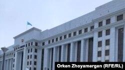 Флаг над зданием генеральной прокуратуры Казахстана в столице.