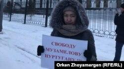 Әсел Қалидің бір адамдық пикетке шыққан кезі. Астана, 9 қаңтар 2018 жыл.
