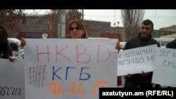 Оппозиционный депутат Заруи Постанджян протестует против задержания брата, Ереван 25 февраля 2011 г.