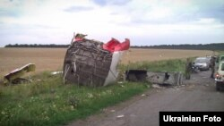 Украинада құлаған Malaysia Airlines компаниясы ұшағының бөлшектері. Донецк облысы, 18 шілде 2014 жыл.