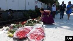 Москвичи несут цветы к зданию посольства Франции в Москве (15 июля 2016 года)