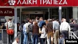 Черга до банку у столиці Кіпру Нікосії: щільно, але мирно, 28 березня 2013 року