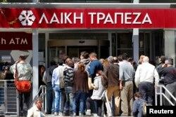 Люди стоят в очереди в банк. Никосия, 28 марта 2013 года.