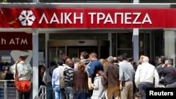 Aglomeraţie în faţa băncii Laiki Bank, Nicosia