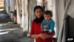 Женщина с ребенком из общины Язид, что сбежала от боевиков группировки «Исламское государство» из Синджара и нашла убежище в лагере для перемещенных лиц