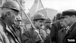 Забастовка шахтеров Донецка и Львовско-Волынского угольного бассейна. Бастующие беседуют с горожанами. 5 апреля 1991 года, Киев