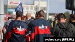 Рабочыя заводу МАЗ, удзельнікі акцыі пратэсту супраць сфальсыфікавых выбараў і гвалту. Менск, 17 жніўня 2020 году.