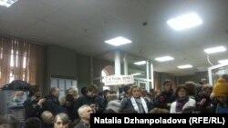 Публика в холле Замоскворецкого суда Москвы, 5 февраля 2014