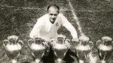 Alfredo di Stefano pozînd în 1960 cu cinci trofee cîștigate de Real Madrid