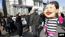 Госсекретарь Райс (участник акции протеста в ее маске справа) может занести Аннаполис себе в актив, полагают эксперты