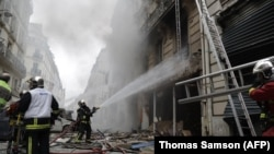Пожарные на месте, где прогремел взрыв и вспыхнул огонь. Париж, 12 января 2018 года.